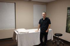 Pierre Sarrasin D.O. dans sa clinique de la rue Barkoff.