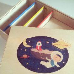 Een handgemaakte bewaarbox van hout voor je baby, ook eigen ontwerp mogelijk, bijvoorbeeld van je geboortekaartje!