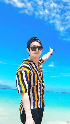 SUHO] 1 year 1 holiday Junmyeon After a while, I had some time and went with my family to Hawaii. You should also go on holiday with your parents when you have time~ Aloha~ Hi / Bye ~ I want to see EXO-L soon. Baekhyun, Park Chanyeol, Kpop Exo, Jonghyun, K Pop, Kai, Kim Joon Myeon, Kim Jong Dae, Exo Album