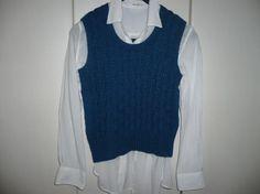 ***レディースベスト ブルー❤***全体に縄編みが入っています。少し変化をつけた縄編みと単純な縄編みを組み合わせています。丈は少し短めです。下にシャツをのぞ... ハンドメイド、手作り、手仕事品の通販・販売・購入ならCreema。