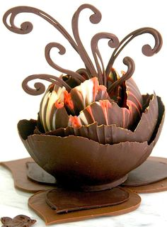 How to make a snazzy chocolate dessert cup - For all your cake decorating suppli. - How to make a snazzy chocolate dessert cup – For all your cake decorating supplies, please visit - Chocolate Work, Chocolate Heaven, Modeling Chocolate, Chocolate Cups, Chocolate Lovers, Chocolate Recipes, Chocolate Bowls With Balloons, Dipping Chocolate, Fancy Desserts