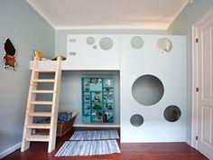 En høj seng som denne er det perfekte element i et både stort og lille… Bedding Inspiration, Room Inspiration, Cool Beds For Kids, Kids Bunk Beds, House Beds, Childrens Room Decor, Diy Bed, Little Girl Rooms, Kid Spaces