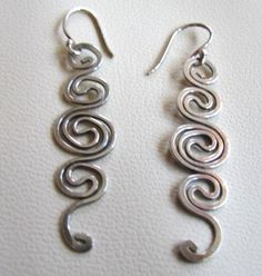 Wire earrings 814377545105988412 - Attractive and popular sterling scrolled earrings using hammered sterling wire. They are hung on SS French wires and total length is almost 2 inches. Very versatile – Can be worn with jeans or formal Source by Wire Jewelry Earrings, Wire Necklace, Wire Wrapped Earrings, Etsy Earrings, Beading Jewelry, Copper Wire Crafts, Aluminum Wire Jewelry, Metal Jewelry, Silver Jewelry