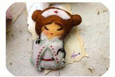 Broches muñecas Kokeshi profesiones.