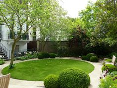 London garden by Tommaso del Buono. I love the round lawn for wedding ceremonies. Contemporary Garden Design, Small Garden Design, Landscape Design, Back Gardens, Small Gardens, Outdoor Gardens, London Garden, Lawn And Garden, Balcony Garden