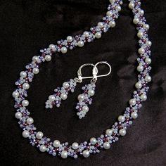 """""""Violet+rain""""+-+luxusní+souprava+Luxusní+šitá+souprava+s+jemným+moderním+krajkovým+vzorem,+vyrobená+z+voskovaných+perliček+a+rokajlu+Preciosa.+Souprava+je+vhodná+především+jako+svatební+doplněk+nebo+do+společnosti.+Barevná+kombinace:+bílá,+odstíny+fialové,+stříbrná+Bílá+barva+převažuje+-+na+fotkách+to+není+dobře+vidět.+Zapínání+-+karabinka+stříbrné+barvy...."""