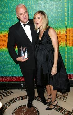 Pin for Later: 50 Times SJP Was a Real-Life Carrie Bradshaw  SJP's pregnant style was thoroughly chic, here she is with Manolo Blahnik in '02.