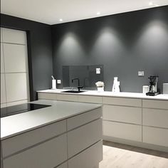 The grey and white contrasts works very well in kitchen ☑️😄 Modern Interior Design, Interior Design Kitchen, Küchen Design, House Design, Handleless Kitchen, Minimal Kitchen, Kitchen Wall Colors, Interior Inspiration, Home Kitchens