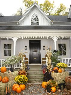 Best Outdoor Halloween Decorations to Spellbind Every Trick-or-Treater - Create a classic country Halloween vignette on your front porch by arranging hay bales, mums, pumpk - Halloween Veranda, Table Halloween, Country Halloween, Casa Halloween, Halloween Porch Decorations, Outdoor Halloween, Vintage Halloween, Outdoor Decorations, Halloween Design