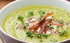 Courgettesoep met ham, ui en hamreepjes. Lekkere soep voor de lunch, onderdeel van de gobento.nl koolhydraat arme weekmenu's.
