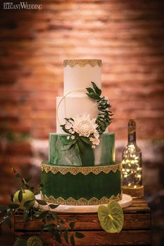 wedding cakes greenery Rustic Garden Wedding with Twinkling Lights - Green and Gold Wedding Cake, Greenery Wedding Cake, Wreath Wedding Cake, Marble Wedding Cake Rustic Garden Wedding, Wedding Cake Rustic, White Wedding Cakes, Cake Wedding, Wedding Shoot, Wedding Ideas, Emerald Green Weddings, Wedding Cake Inspiration, Wedding Cake Designs