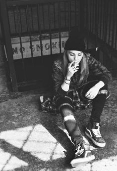 Grunge girl black and white Tomboy Fashion, Grunge Fashion, Look Fashion, Urban Fashion, Girl Fashion, Skater Fashion, Fashion Boots, Look Skater, Skater Girl Style