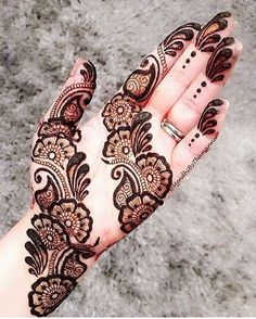 Check out the 60 simple and easy mehndi designs which will work for all occasions. These latest mehandi designs include the simple mehandi design as well as jewellery mehndi design. Getting an easy mehendi design works nicely for beginners. Henna Hand Designs, Mehndi Designs Finger, Mehndi Designs Book, Simple Arabic Mehndi Designs, Mehndi Designs 2018, Mehndi Designs For Beginners, Mehndi Designs For Girls, Mehndi Design Pictures, Mehndi Designs For Fingers