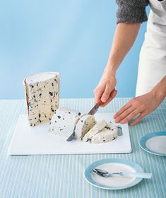 @Real Simple: when serving ice cream to a large group, consider cutting it instead of scooping