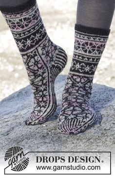 "Moonflower Socks - Gestrickte DROPS Socken in ""Fabel"" mit Norwegermuster. - Gratis oppskrift by DROPS Design Diy Crochet And Knitting, Crochet Socks, Knitted Slippers, Slipper Socks, Knitted Gloves, Knitting Socks, Knitting Patterns Free, Free Knitting, Free Pattern"
