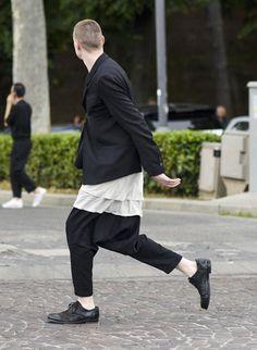 モノトーンコーデ 黒テーラードジャケット×ロング丈白T×黒サルエルパンツ   メンズファッションスナップ フリーク   着こなしNo:115448