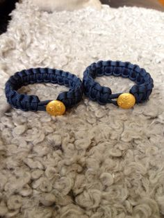 Paracord bracelet with armybutton in 24 carat gold.