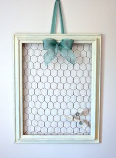 Rustic Chicken Wire Memo Board with Three Mini Clothes Pins - Shabby Chic - Hair Clip Holder Chicken Wire Crafts, Chicken Wire Frame, Wire Memo Board, Picture Frame Crafts, Homemade Picture Frames, Ideias Diy, Jewelry Organization, Organization Ideas, Jewellery Display