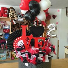 Creative Gift Baskets, Creative Gifts, Valentine Gifts, Valentine Ideas, Candy Bouquet, Ideas Para Fiestas, Party In A Box, Photo Booth Props, Balloon Decorations