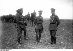Oberst Kurt Freiherr  von Hammerstein - Equord  (left), Generalleutnant Otto Hasse (middle), kommandeur der 3. Division, 1928.