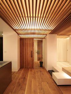 クラフトの青山モデルルームについてご紹介いたします。青山・骨董通りのすぐ近く。築37年、90㎡のマンションの一室をスケルトンリノベーションしました。白い壁、天然木、石、鉄を使ったシンプルなインテリア。圧倒的な心地のよさの裏には、ディテールへの強いこだわりがありました。 Interior Design Living Room, Living Room Designs, Japanese Style House, Architectural Lighting Design, Room Partition Designs, Bungalow Renovation, Bathroom Design Luxury, Japanese Interior, House Inside
