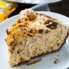This cool and creamy Butterfinger Pie is the stuff dreams are made of. It's a no-bake dessert that's so easy to make. This cool and creamy Butterfinger Pie is the stuff dreams are made of. It's a no-bake dessert that's so easy to make. Köstliche Desserts, Delicious Desserts, Dessert Recipes, Yummy Food, No Bake Summer Desserts, Summer Recipes, Weight Watcher Desserts, Snickers Caramel Apple Salad, Butterfinger Pie