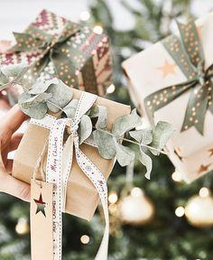 Wunderschön eingepackte Geschenke gehören auch an Weihnachten dazu! Unser Tipp: Günstiges Geschenkpapier wie schlichtes Packpapier verwenden und mit einem ausgefallenen Band, frischen Eukalyptus-Zweigen und selbstgemachten Anhängern kombinieren. Fertig ist eine individuelle Verpackung mit Wow-Faktor! // Geschenke Weihnachten Christmas Ideen Deko Dekorieren DIY Schenken Advent Schleife Geschenkpapier Eukalyptus #Schenken #Geschenke #Weihnachten #Christmas #Ideen #Deko #Advent #Schlei