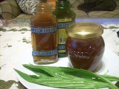 Nasbíráme jitrocel (samozřejmě v čistém prostředí) i s kořínky (lze i bez něj, ale nebude tak účinný). Velmi pečlivě jej opereme, kořínky... Healthy Drinks, Pickles, Cucumber, Salsa, Jar, Food, Syrup, Meal, Salsa Music