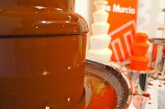 Chocolate tan puro que refleja al fotógrafo. ¿Os suena? Fuente de Chocolate de Confitería Maite Murcia  www.facebook.com/confiteriamaite  #Murcia #Chocolate #Dulce #Postre #Confiteria #Pasteleria #Pastry #Bakery