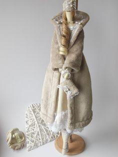 Tilda Bella es 25 pulgadas (65 cm) alto.  Ella se hace de algodón, lino y encaje. Ella llevaba Vestido de lino y capa suave felpa. El pelo está