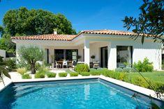 Mas Provence - Villa ligne contemporaine Bali House, Modern Bungalow House, Villa, Weekend House, House On The Rock, Best House Plans, Pool Houses, Future House, Ramen