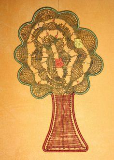 **Handgeklöppeltes Fensterbild - Baum im Baumrahmen**  klöppeln  Die KreativChaoten haben diesmal das Thema: »Natur pur« gewählt.   Was fällt einem bei Natur zuerst ein?  Ich würde sagen, ein...