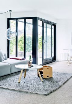 Sofa og tæppe fra Hay, sofabord fra Normann Copenhagen.