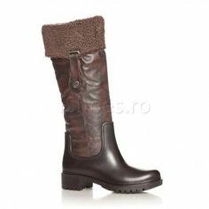 Cizme Travis Aceste cizme casual sunt foarte calduroase, fiind captusite cu blanita artificiala moale. Cizmele Travis sunt impermeabile si confectionate din piele ecologica rezistenta. Aceste cizme se asorteaza de minune cu o fusta pana la genunchi si o jacheta de piele cu blana de culoare maro. Riding Boots, Casual, Shoes, Fashion, Horse Riding Boots, Moda, Zapatos, Shoes Outlet, Fashion Styles