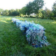 """Mirjam van Oort over haar vondst op de #ideeënsafari: """"Dit kunstwerk van Brigitte Picavet dat deel uitmaakt van 'Kunst aan de Maas' trok mij uit de verte al naar zich toe. Voor dit kunstwerk smolt Brigitte vele duizenden plastic wegwerpflesjes, die nu als een lijn in het landschap, als een echo van de rivier, laten zien in welke mate en de nonchalance waarmee we ons van ons afval ontdoen."""""""