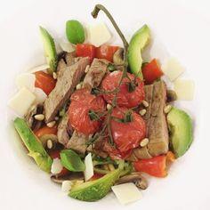 Salade van courgetti en biefstuk