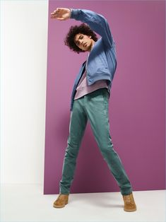 Opting for chinos, Trè Samuels wears Gap's essential style in silver pine. Studio Portrait Photography, Model Poses Photography, Fashion Photography, Photoshoot Pose Boy, Male Models Poses, Studio Poses, Pose Reference Photo, Figure Poses, Cool Poses