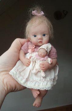 polymer clay dolls by kim van d wetering Tiny Dolls, Old Dolls, Cute Dolls, Antique Dolls, Vintage Dolls, Stuffed Animals, Mini Bebidas, Foto Baby, Clay Baby