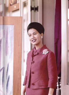 Sirikit is the queen mother of Thailand. She was the queen consort of King Bhumibol Adulyadej (or Rama IX) and is the mother of King Vajiral. King Bhumipol, King Rama 9, King Queen, Queen Sirikit, Hm The Queen, Smart Dress, Queen Dress, Queen Mother, Queen Of Hearts