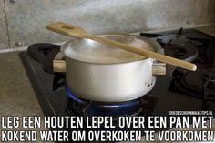 Voorkom dat uw pan gaat overkoken. Leg een houten lepel over de pan.