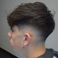 Short haircuts and hairstyles have been the traditional look for guys. This is because cool short haircuts for men are stylish yet easy to manage and quick to style. Best Short Haircuts, Cool Haircuts, Hairstyles Haircuts, Haircuts For Men, Teenage Boy Hairstyles, Highlights For Men, Hair Highlights, Curly Hair Styles, Fade Haircut