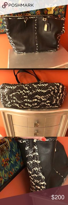 🆕listing.  Stunning coach bag!!!!! Very eye catching.  Black with snake skin print detail.  Nearly new.  Removable shoulder strap!!!!   So amazing.   Soft leather!!!! Coach Bags Shoulder Bags