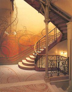 Escadaria e decoração no estilo Art Nouveau.