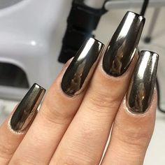 21 chrome nails - from mirror nail polish to acrylic nail art ideas Perfect Nails, Gorgeous Nails, Pretty Nails, Mirror Nail Polish, Mirror Nails, Mirror Mirror, Chrome Nail Art, Black Chrome Nails, Black White Nails