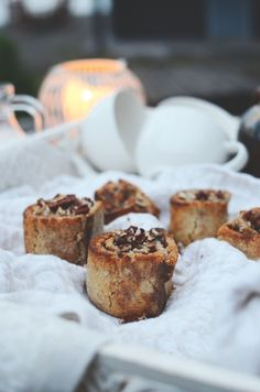 gluten free cinnamon buns with a mouthwatering date paste Sweet Buns, Death By Chocolate, Sweet Stories, Eclairs, Healthy Treats, Doughnuts, Fun Desserts, Feta, Cinnamon
