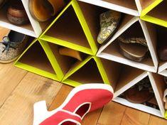 Veja como fazer sapateira utilizando pedaços de papelão em formato de triângulos. Você só precisa de cola, tesoura, papelão e fita. Confira!