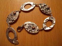 Armband met ovale plaatjes en koperen bolletje