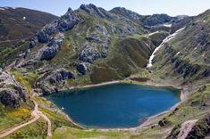 Lago de la Cueva - Lagos de Somiedo - Asturias Places In Spain, Places To See, Portugal, Asturias Spain, Castle House, Natural Park, Basque Country, City Landscape, Spain Travel