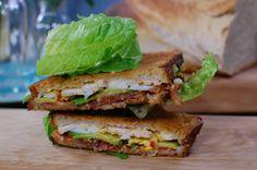 Strömsös club sandwich | Recept | Recept | svenska.yle.fi Parfait, Bacon, Sandwiches, Toast, Healthy Recipes, Lunch, Club, Food, Restaurants