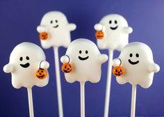 I LOVE these ghost cake pops halloween cakepops ideas Halloween Cake Pops, Halloween Desserts, Halloween Torte, Recetas Halloween, Postres Halloween, Halloween Cookies, Cute Halloween, Halloween Crafts, Halloween Recipe